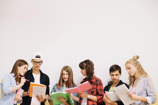 estudiantes-posando-coworking-blanco_23-2147666694